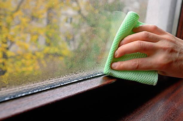 cleaning water  condensation on window - kvinna ventilationssystem bildbanksfoton och bilder