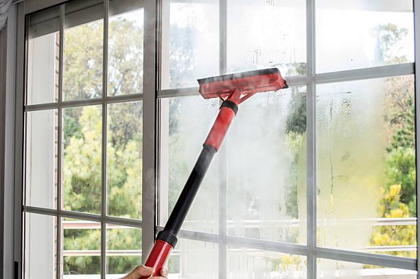 reinigung ein fenster mit dampfbad - dampfreiniger fenster stock-fotos und bilder