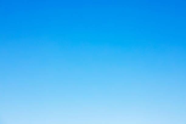 fond de ciel bleu clair et un espace vide pour votre conception, aucun nuage - bleu photos et images de collection