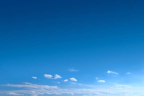 bleu clair ciel avec nuages épars - bleu photos et images de collection