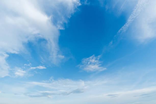 fond bleu clair de ciel, nuages avec le fond. - sky photos et images de collection