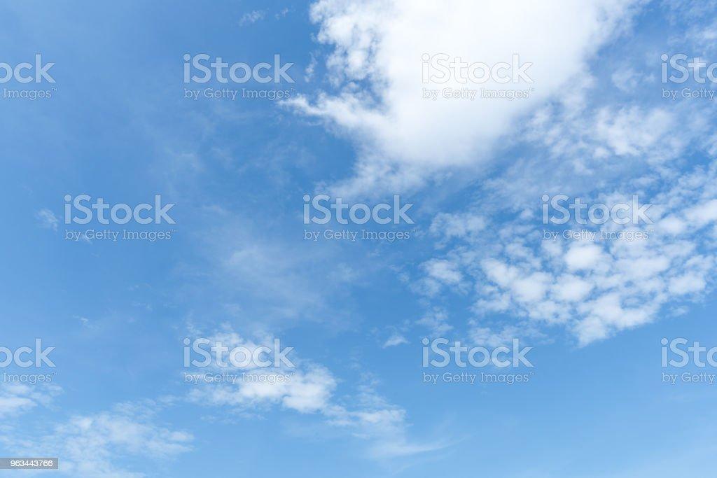 jasne błękitne niebo tło, chmury z tłem. - Zbiór zdjęć royalty-free (Bez ludzi)