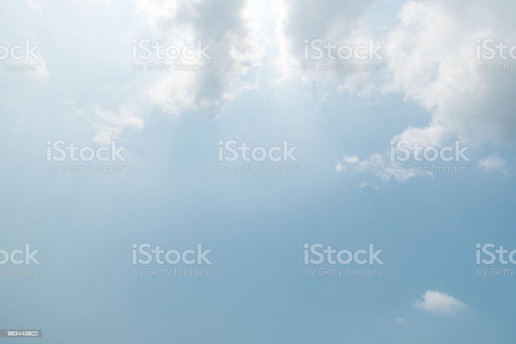 fond de ciel bleu, nuages avec fond. - Photo de Beauté libre de droits