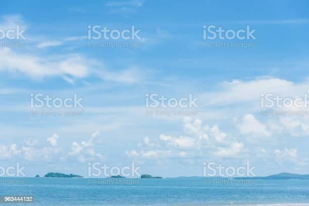 Açık Mavi Gökyüzü Arka Plan Arka Plan Ile Bulutlar Stok Fotoğraflar & Aydınlık'nin Daha Fazla Resimleri