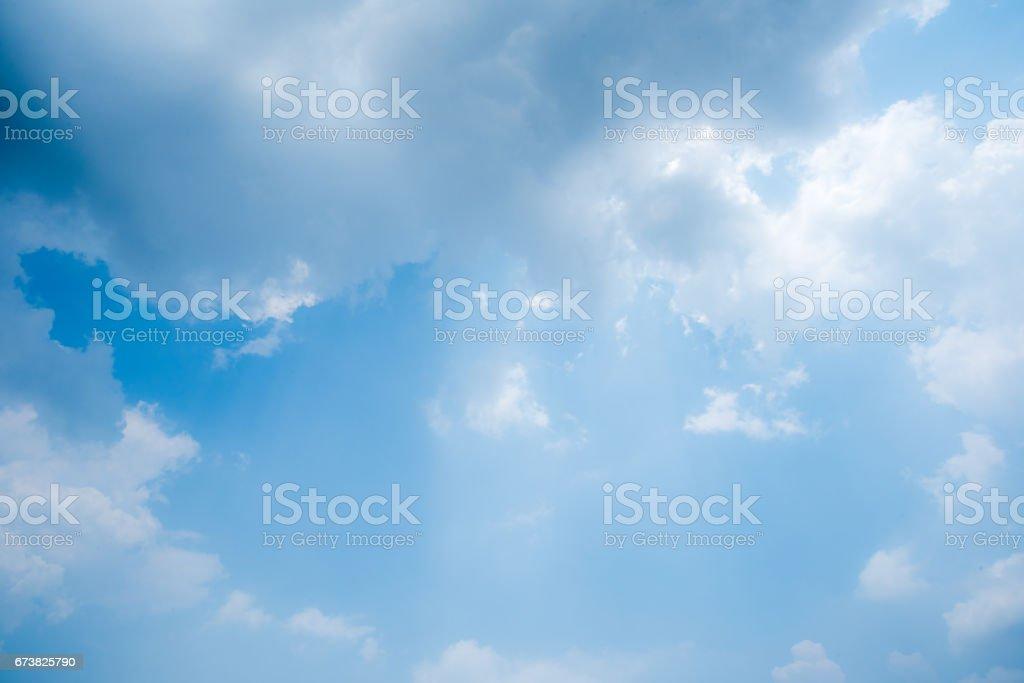 effacer le ciel bleu avec des nuages photo libre de droits