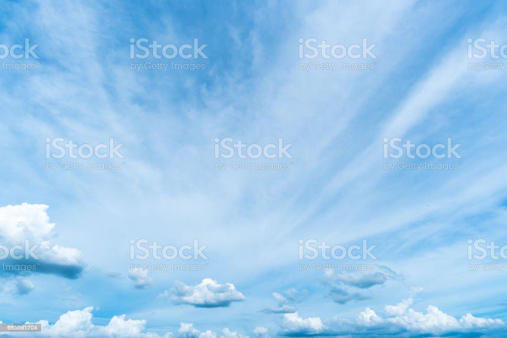 klarer blauer Himmel, Wolken mit Hintergrund Lizenzfreies stock-foto