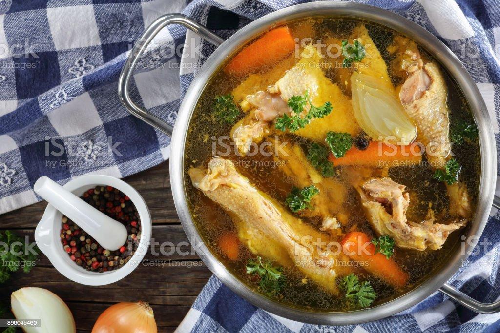 Désactivez le bouillon de poulet dans une casserole - Photo