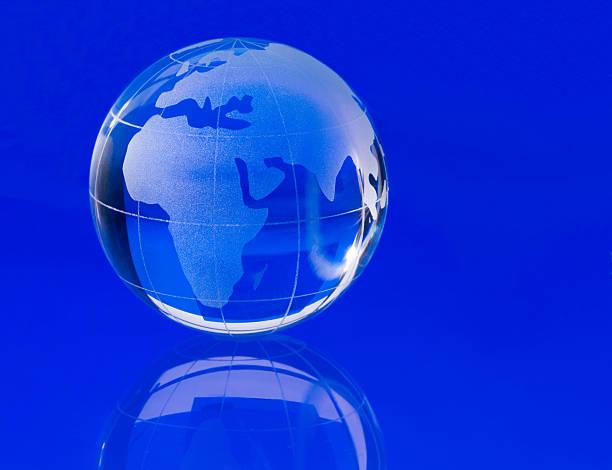 globo di vetro trasparente blu - acquaforte foto e immagini stock
