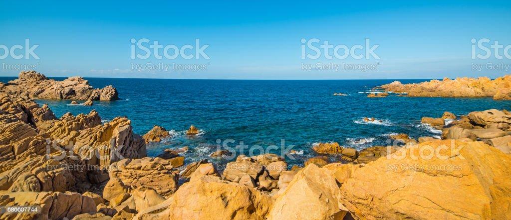 Clear sky over a rocky coast photo libre de droits