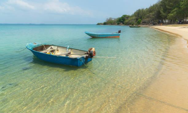 klare sicht am strand mit fischerboot - kapverdische inseln stock-fotos und bilder