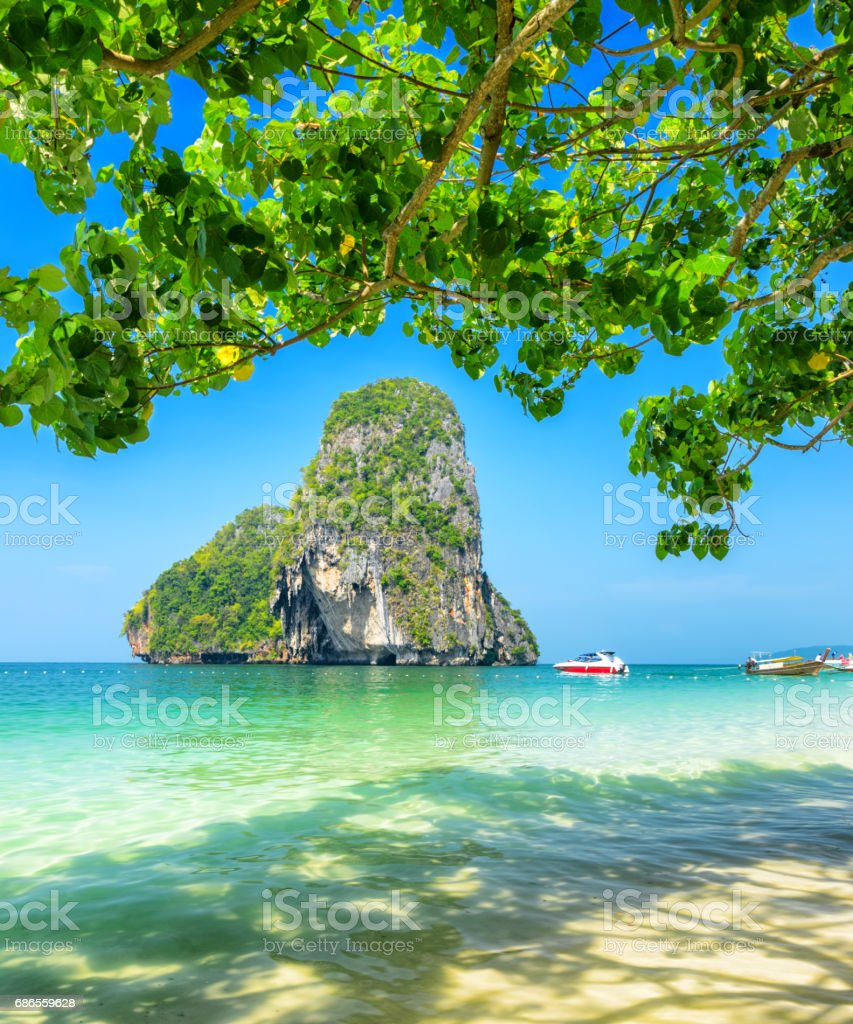 Clear water and blue sky. Phra Nang beach, Thailand foto stock royalty-free