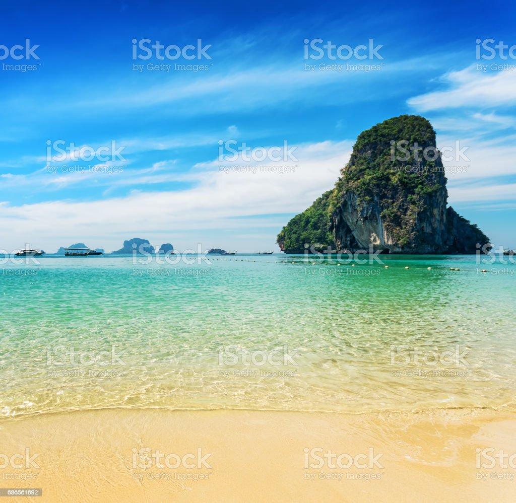 Helder water en blauwe hemel. Phra Nang beach, Thailand royalty free stockfoto