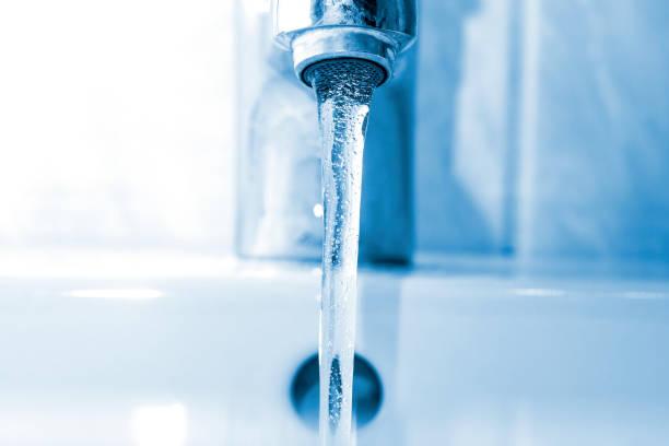temiz su musluk akar - tap water stok fotoğraflar ve resimler