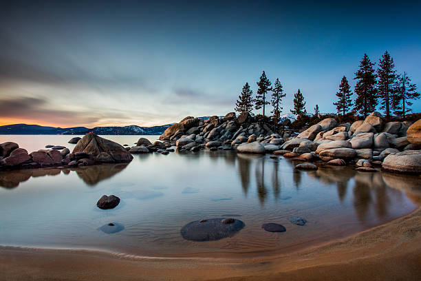 klaren wasser lake tahoe - lake tahoe winter stock-fotos und bilder