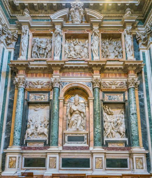 das mauseleum des elements clemens viii. in der kapelle borghese (paolina) in der basilika santa maria maggiore in rom. - römisch 6 stock-fotos und bilder