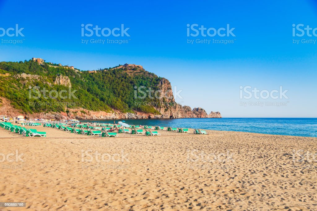 Cleopatra beach with beautiful sand and green rocks in Alanya peninsula, Antalya district, Turkey, Asia. Famous tourist destination with high cliff and ancient old Castle. Summer bright day stok fotoğrafı