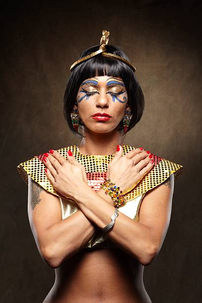 königin kleopatra vii. philopator - goldenes augen make up stock-fotos und bilder