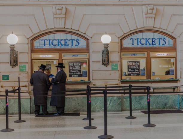 Geistliche, die Bahn-Tickets kaufen – Foto