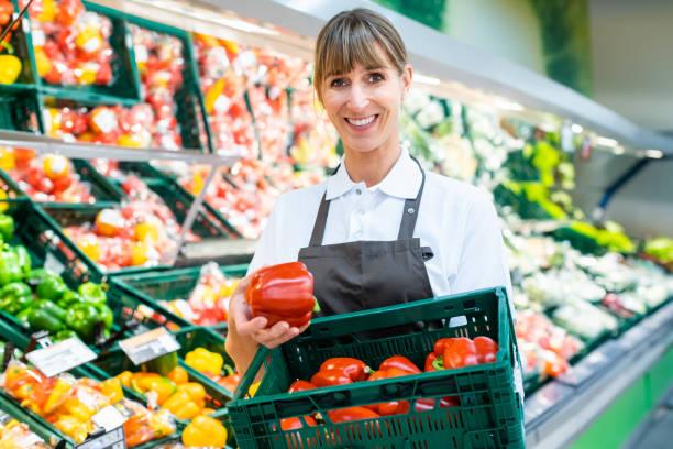 Schreiber im Supermarkt mit frischem Gemüse – Foto
