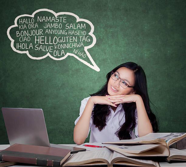 glückliche studentin lernt fremdsprache - schöne englische wörter stock-fotos und bilder