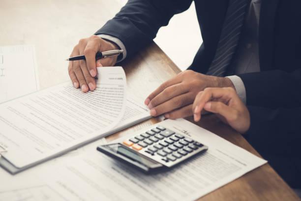 temsilci ile müşteri danışmanlığı, imzalaması gereken bir anlaşmayı gözden geçirme - samimi olma stok fotoğraflar ve resimler