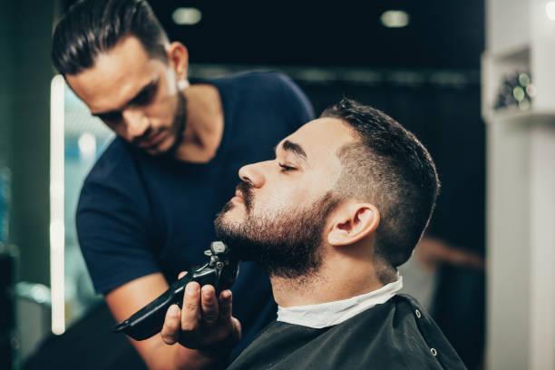 Kunde während der Bärenzucht und der Haarpflege im Friseurladen – Foto