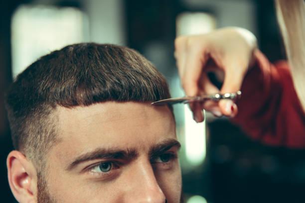 client pendant le rasage de barbe dans le salon de coiffure - couper les cheveux photos et images de collection