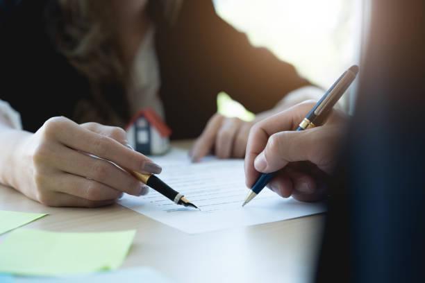 Client, die Unterzeichnung einer Immobilie Vertrag Immobilienagentur mit Hausmodell – Foto