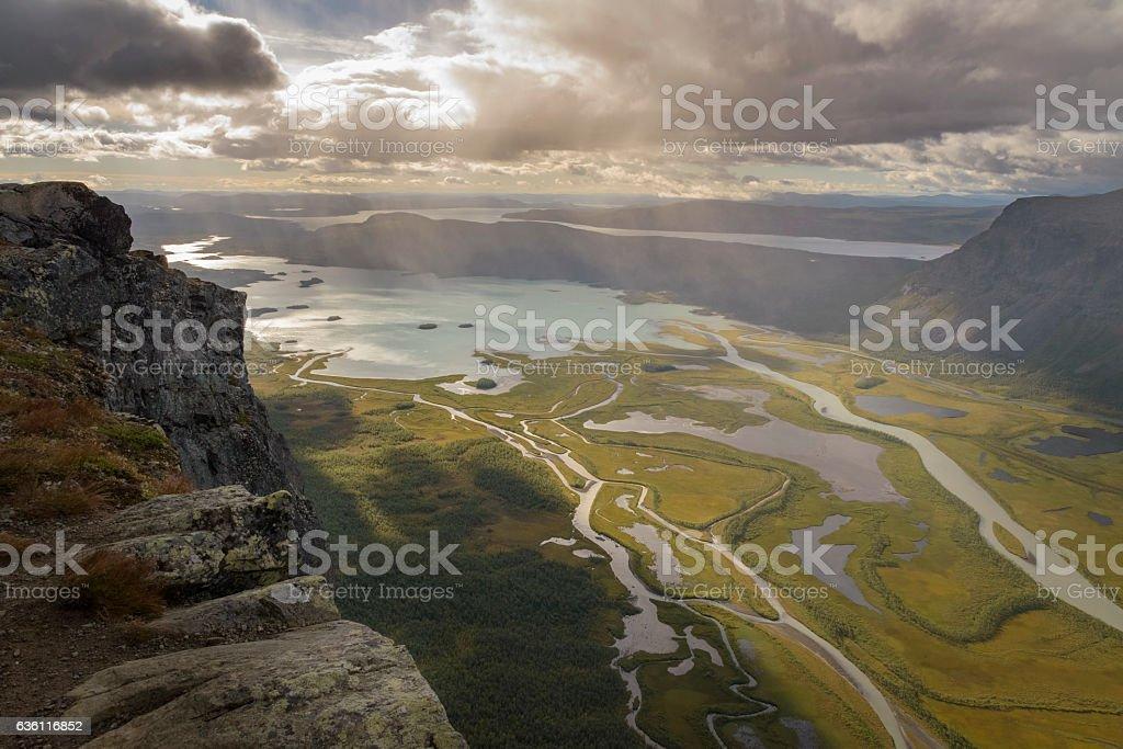 Cliff overlooking river delta in lake autumn landscape, Sarek, Sweden foto