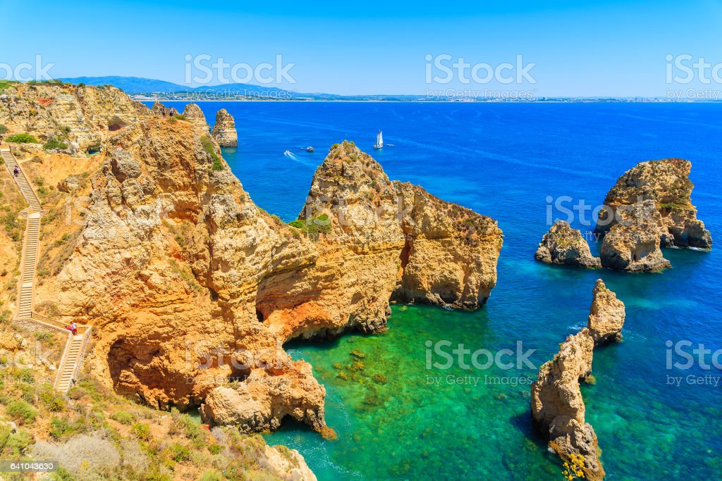 Cliff rocks and sea bay with turquoise water at Ponta da Piedade, Algarve region, Portugal - fotografia de stock