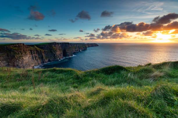 klify moher o zachodzie słońca - klif zdjęcia i obrazy z banku zdjęć