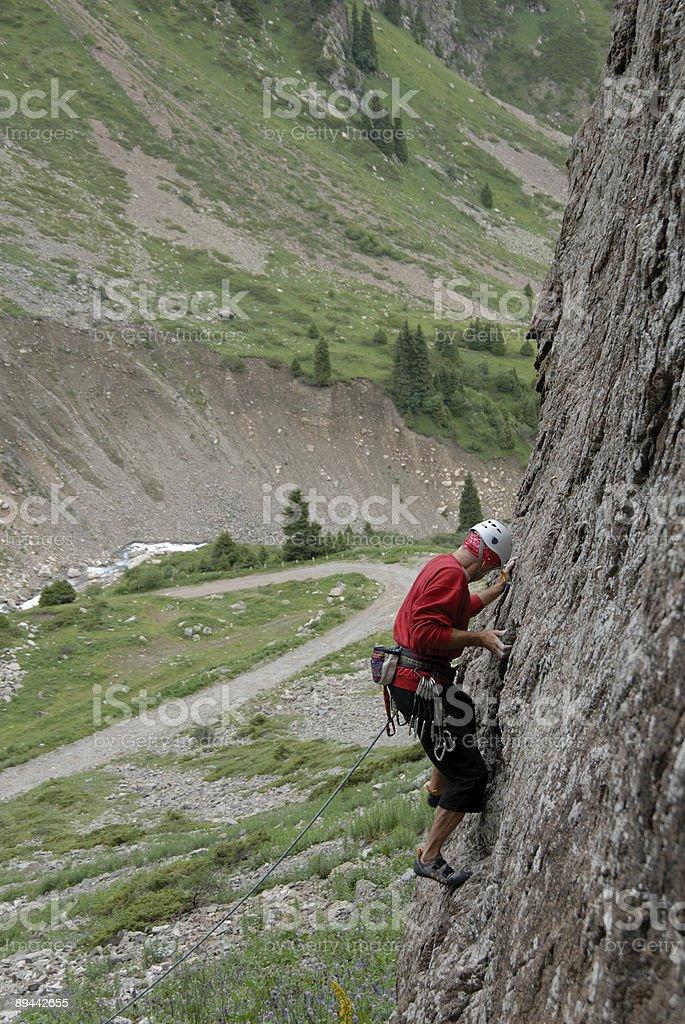 climber climbing a cliff royaltyfri bildbanksbilder
