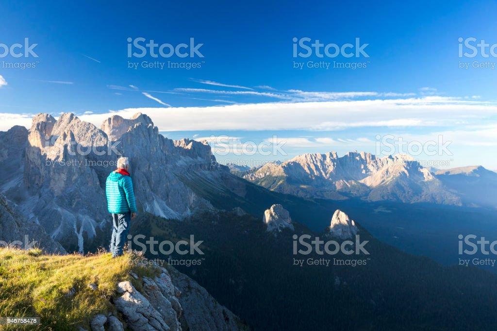 Kletterer genießt den Blick auf Rosengarten, Latemar Berggruppe, Südtirol – Foto