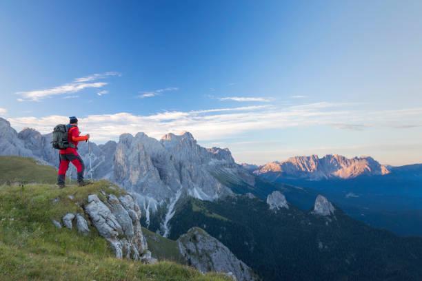kletterer in den bergen am rosengarten, latemar berggruppe, südtirol - seiser alm stock-fotos und bilder