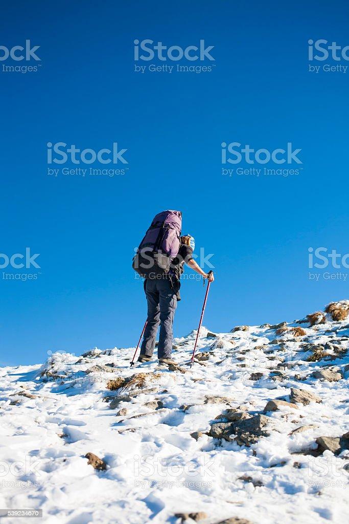 Alpinista está na encosta. foto royalty-free
