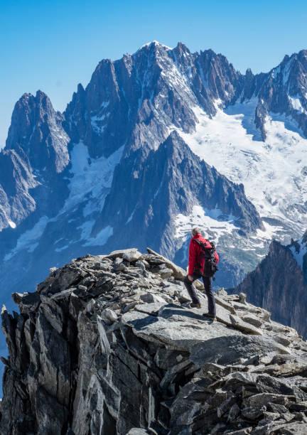 바위 능선에 산악인 - 몽블랑 뉴스 사진 이미지