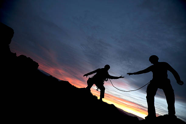 Alpinista rivolgersi al partner - foto stock