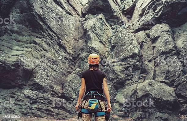 Kletterer Frau Stehend Vor Einem Stein Rock Im Freien Stockfoto und mehr Bilder von 2015