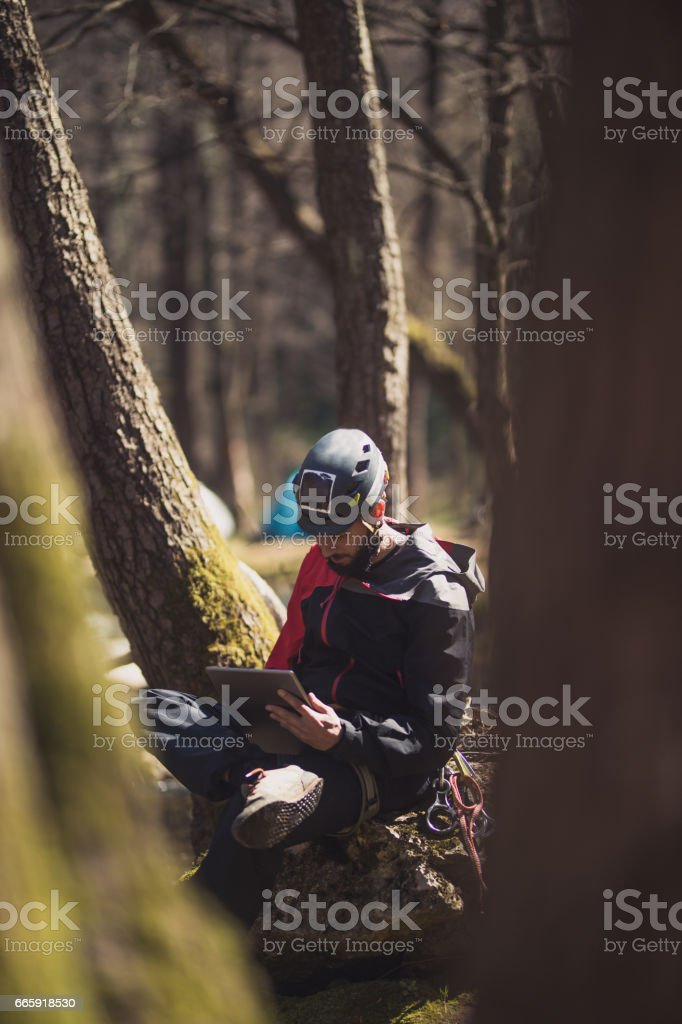 Climber working on tablet foto stock royalty-free