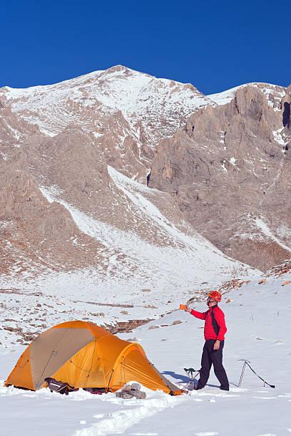 kletterer ruhen im camp - zelt stehhöhe stock-fotos und bilder