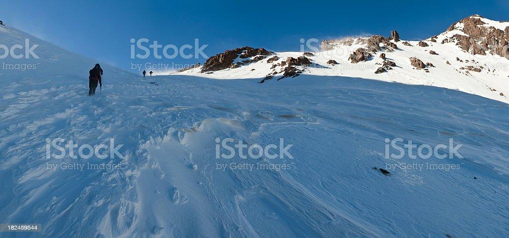Pala de nieve blanca de aventura Cumbre silvestre El Atlas Toubkal Marruecos foto de stock libre de derechos