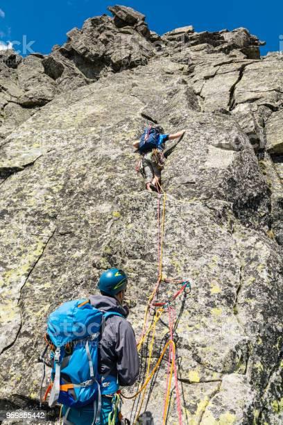 Klettern Der Sichernde Ein Seil An Dem Partner Zu Füttern Die Nächste Seillänge Läuft Stockfoto und mehr Bilder von Anführen