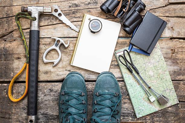 Klettern werkzeuge mit Stiefeln auf Holzhintergrund – Foto