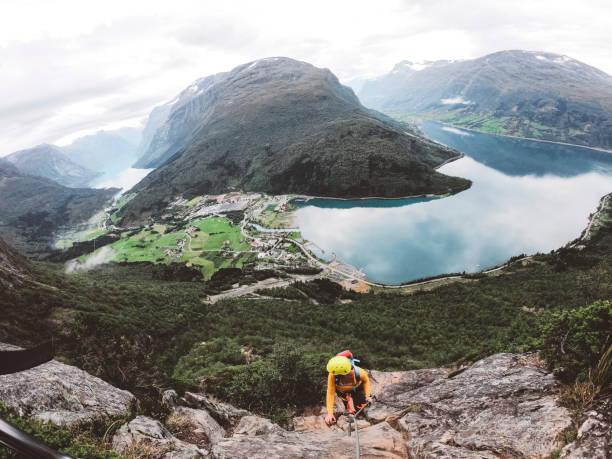 Climer auf Klettersteig mit Blick auf die Gletscherlandschaft in Norwegen – Foto