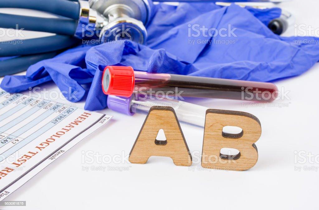 AB clínica laboratorio médico acrónimo o abreviatura de anticuerpos o inmunoglobulina del sistema inmune para neutralizar patógenos. Palabra AB son cerca de tubos de ensayo de laboratorio con muestra de sangre, hematología - foto de stock