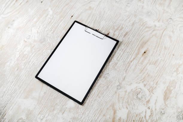 klemmbrett mit leeren papier  - menüplanung vorlagen stock-fotos und bilder