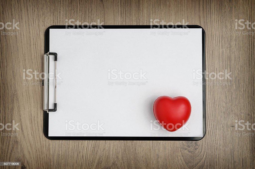 Klemmbrett mit leeren Weißbuch und Herz-Form – Foto