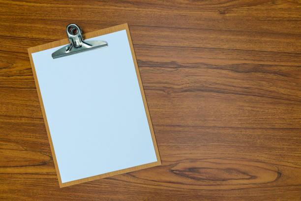 Pano boş beyaz kağıt levha ahşap masa üst görünümle kopya alanı ile. stok fotoğrafı