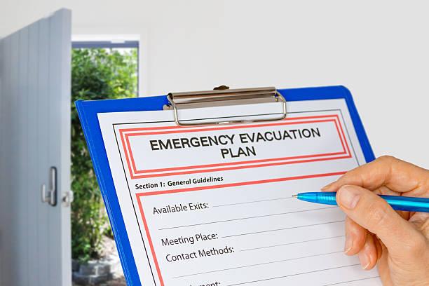 klemmbrett mit evakuierungsplan neben ausgang - kinderlandverschickung stock-fotos und bilder