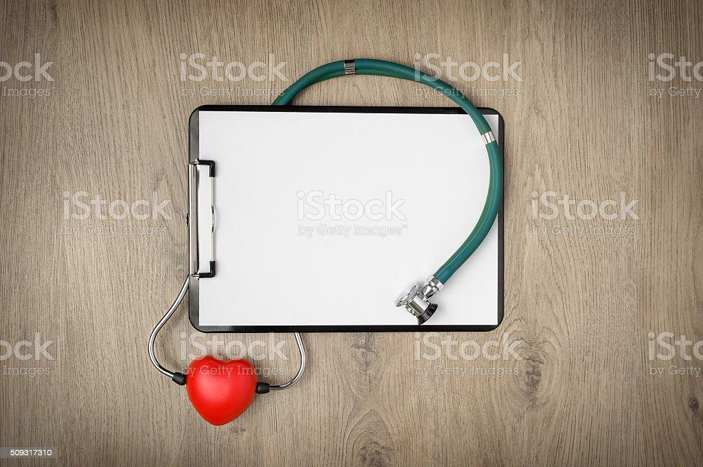 Klemmbrett mit Stethoskop und Herz-Form – Foto